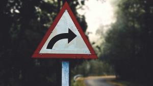 Verkehrsschild weist Richtung