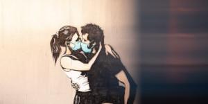 Küssendes Paar mit Gesichtsmasken, Foto: Daniel Tajford by unsplash.com