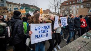 Schüler*innen auf einer Klimademo.